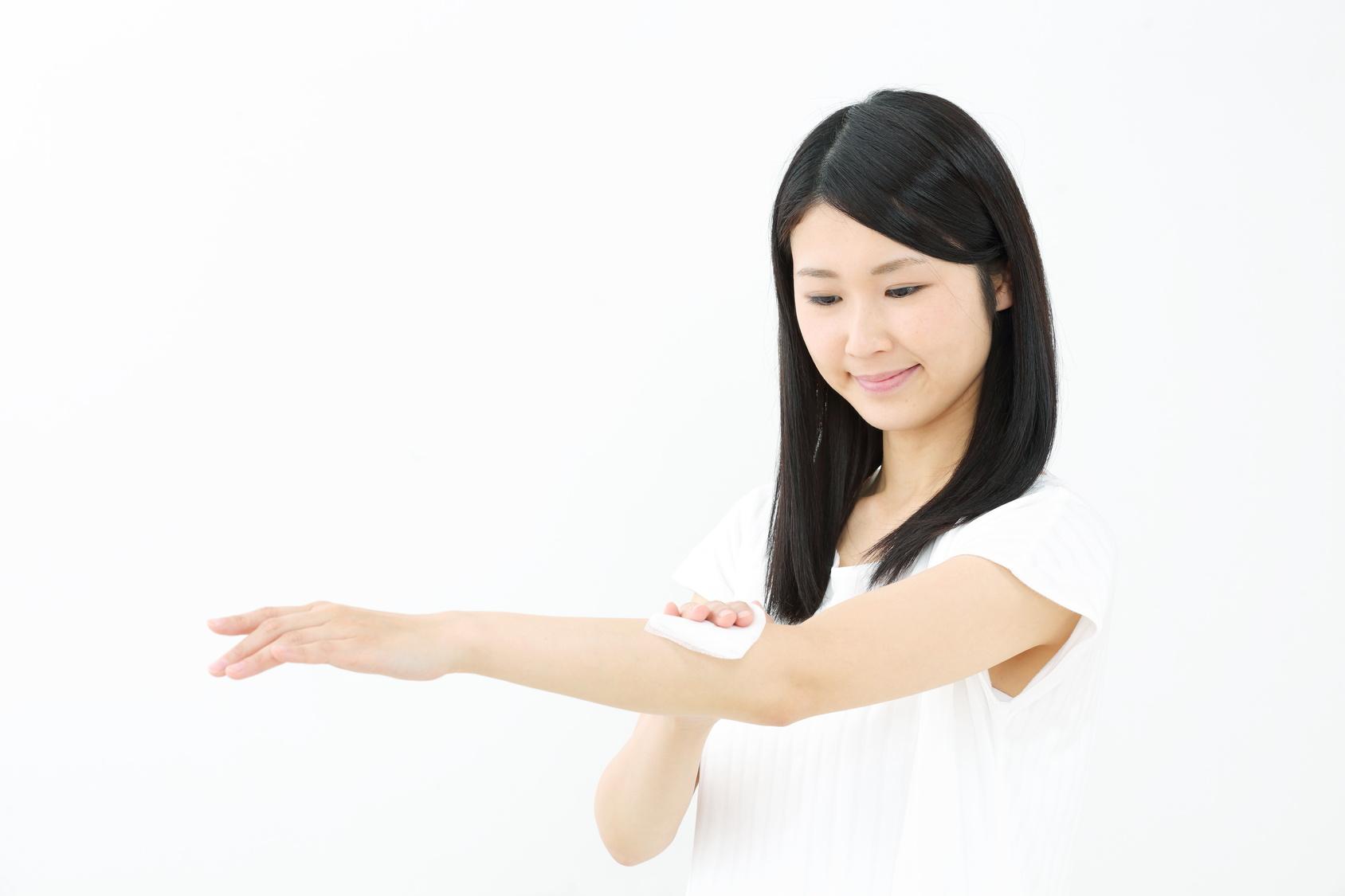 汗拭く・若い女性