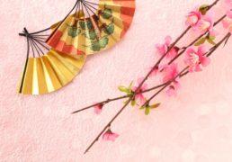 金扇に桃、和の雰囲気の写真