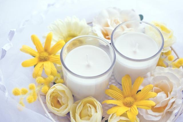 アロマキャンドルやお花などリラックスできるお気に入りのものを集めた写真