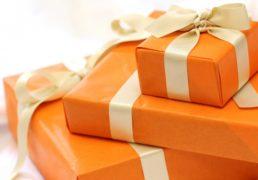オレンジ色のプレゼントボックスの写真