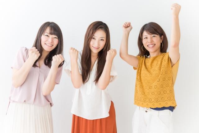 ガッツポーズで喜びを表現する三人の女性の写真