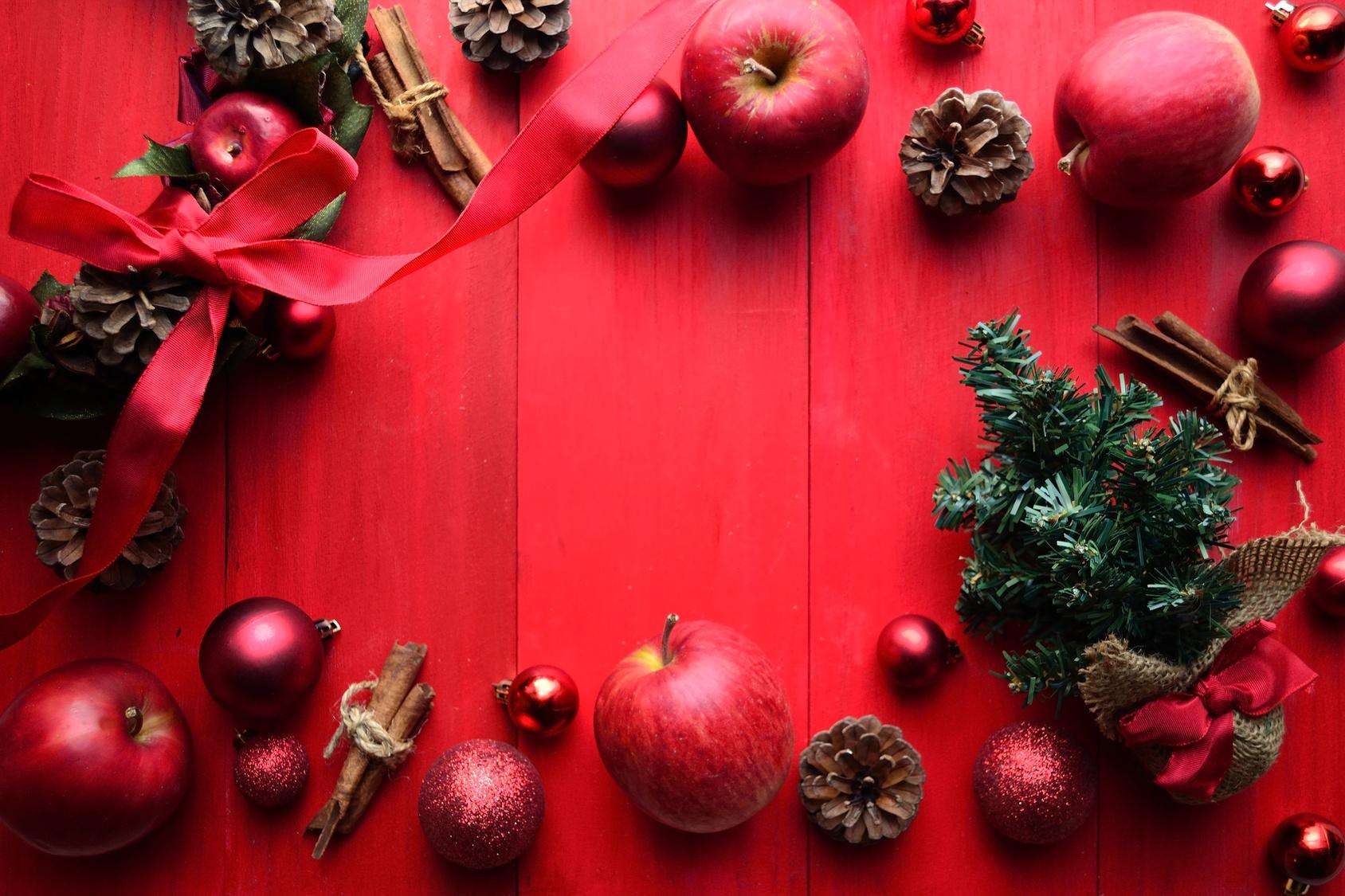 林檎のクリスマスリースとクリスマスツリー 赤色背景