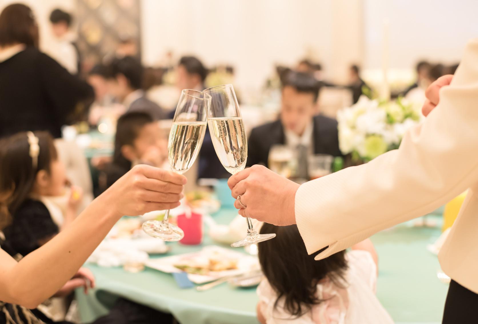 シャンパングラスを持つ女性の手元の写真