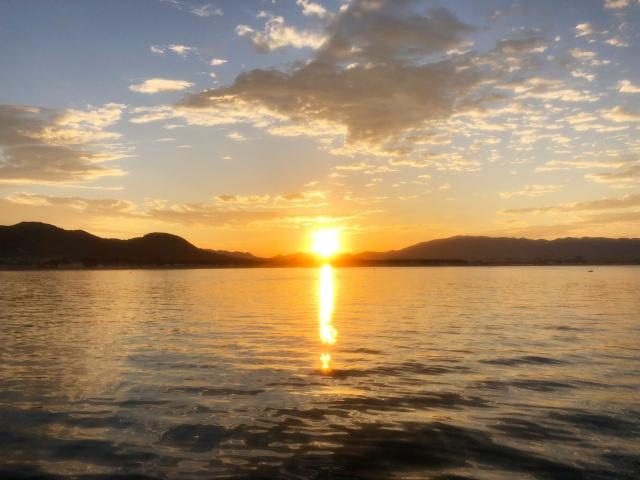 海に沈む日没の写真
