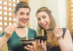 蕎麦をもってポーズをとるふたりの外国人女性の写真