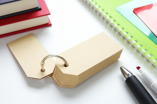 単語帳と文房具の写真