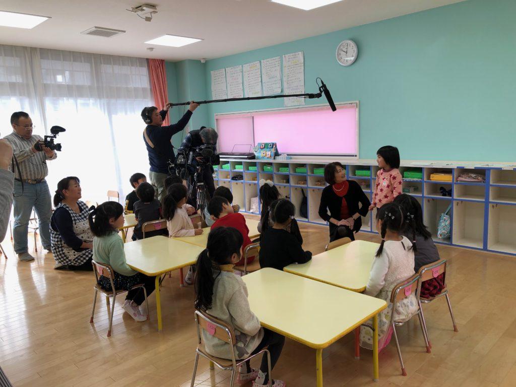 NHKの取材を受けている前澤先生と園児たち