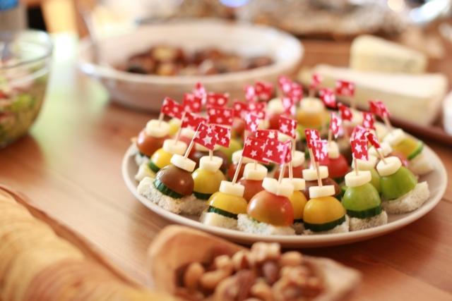 外国の人でも食べやすく工夫された料理の写真