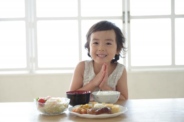 笑顔でいただきますをする女の子の写真