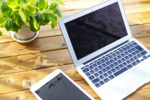 パソコンとタブレットの写真