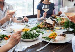 ホームパーティーで楽しそうにテーブルを囲む人々の写真