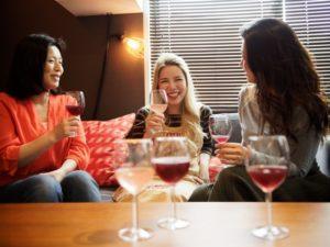 ワインを囲んで語らう女性たちの写真