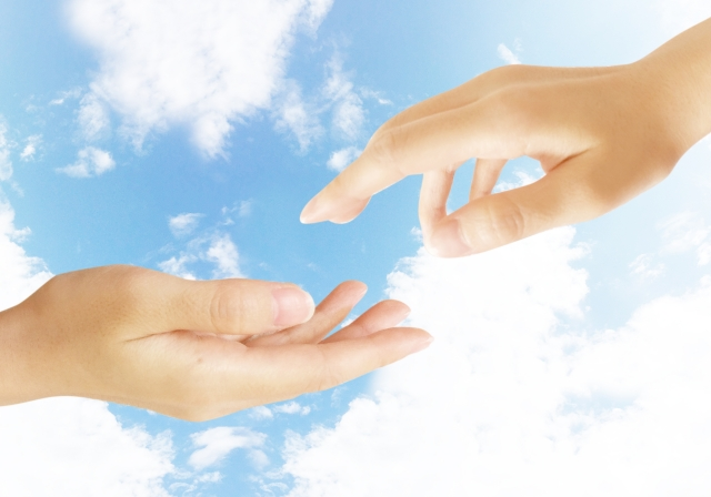 心が通じ合うイメージを手と手で表現した画像