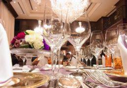 ホテル会食テーブルの写真