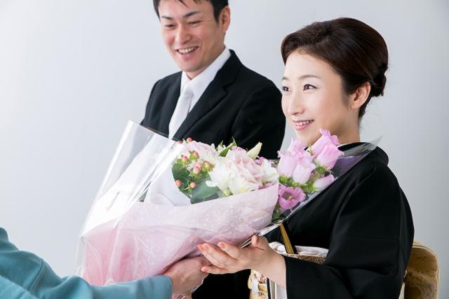 お母さんへの花束贈呈の写真