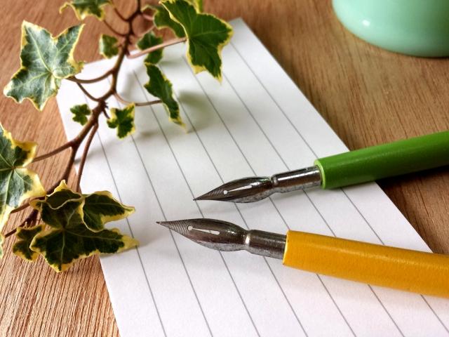 一筆箋と万年筆の写真