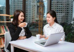 オフィスで楽しく語らう女性たち
