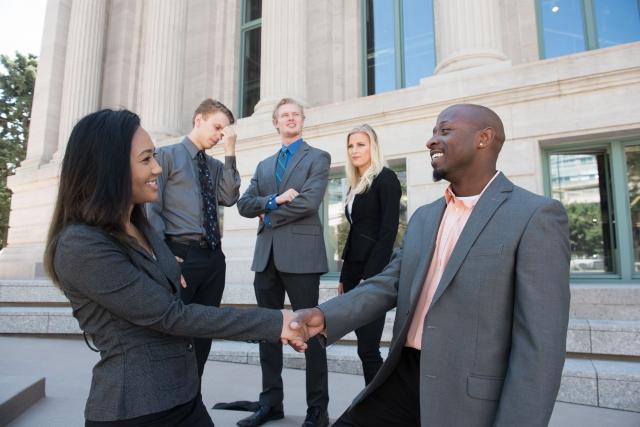 握手するビジネスワーカーの写真