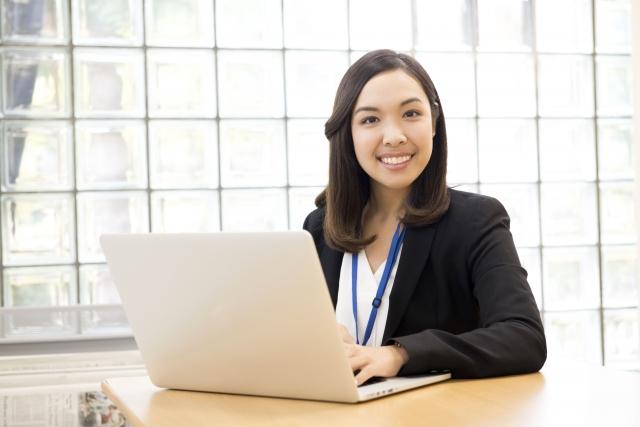 パソコン越しに笑顔の女性