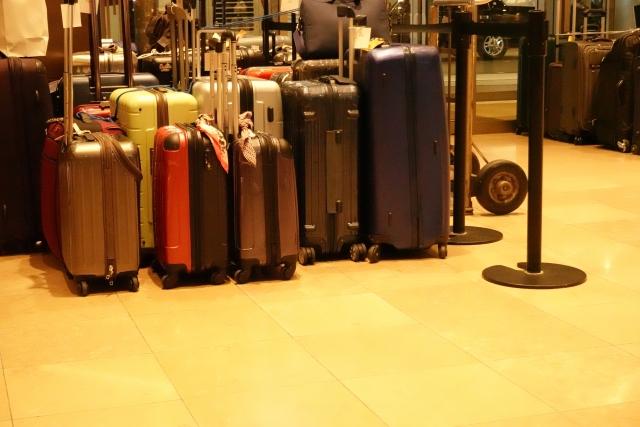 お店の前でかたまっておかれているスーツケースの写真