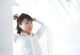 仕事向けの髪型に悩む女性の写真