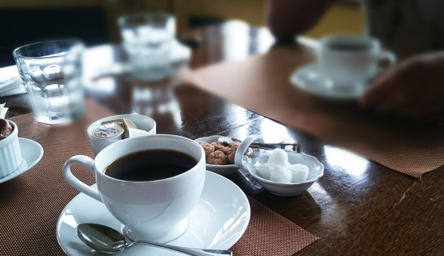 コーヒーの並ぶテーブルの写真