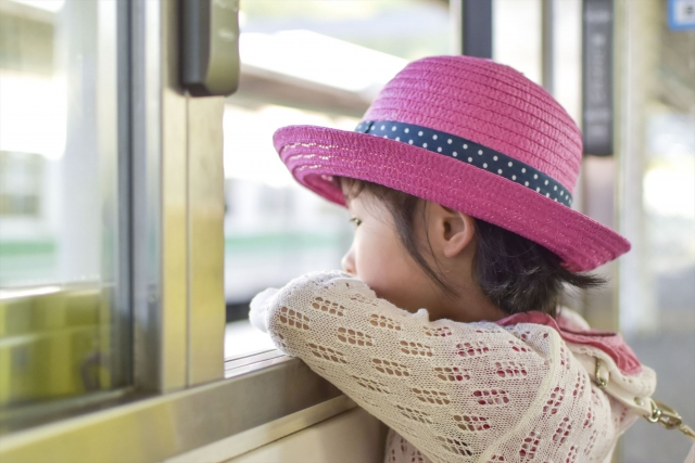 車窓の外を眺める女の子