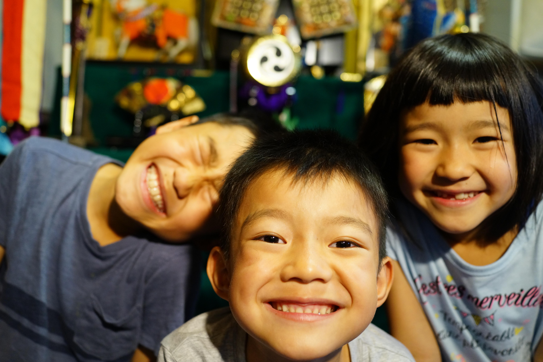 五月人形と子ども達 記念撮影 トリオ 兄弟 家族