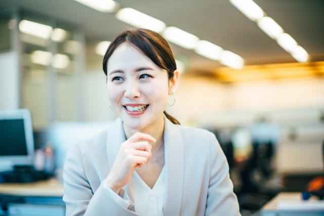 職場で笑う女性