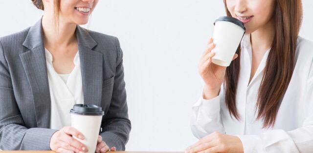 オフィスでお茶飲み話をする人たち