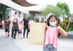 買い物楽しむマスク姿の子供と家族と