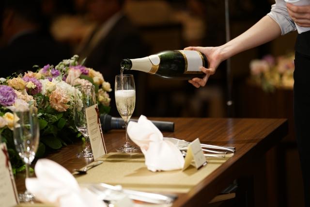 シャンパン注ぐ手元の写真