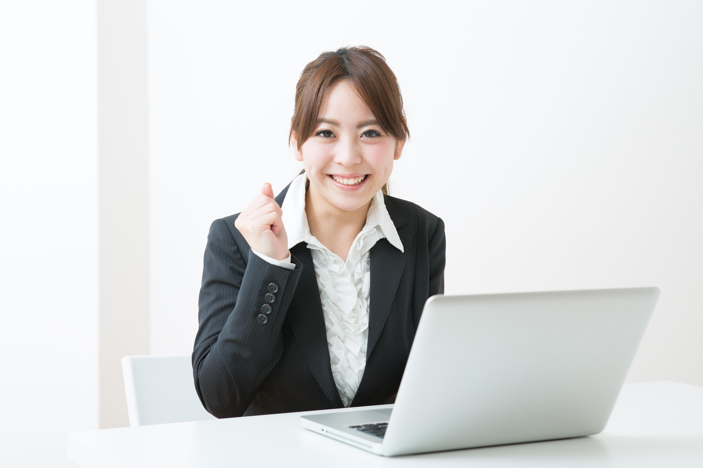 オンラインセミナー成功してガッツポーズする講師のイメージ