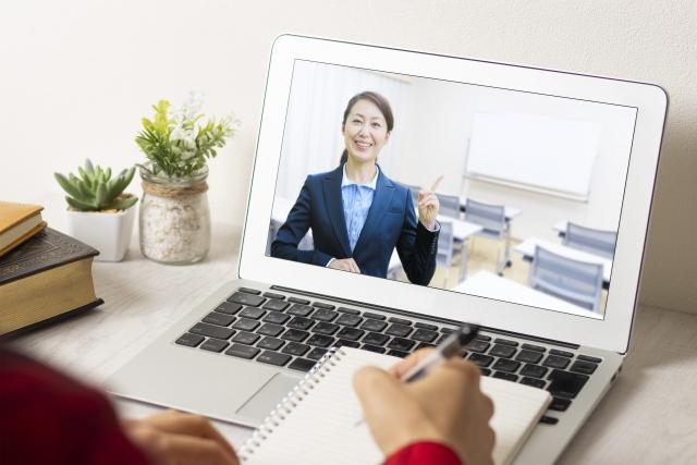オンラインセミナーに登壇する講師のイメージ