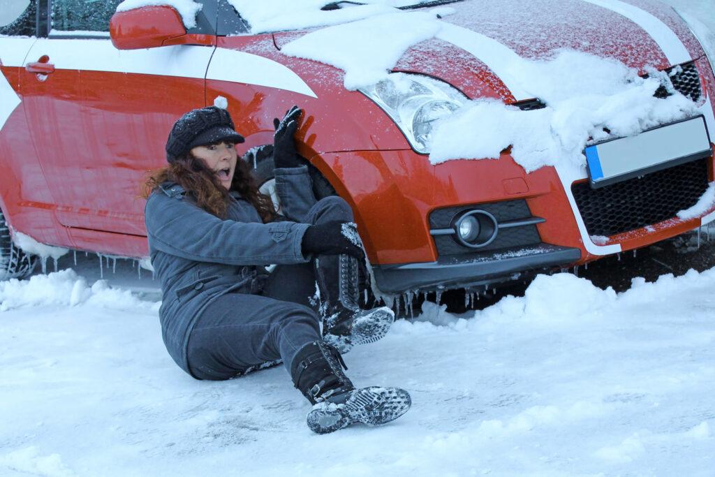雪の日に滑る女性