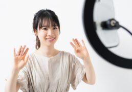 動画配信する女性