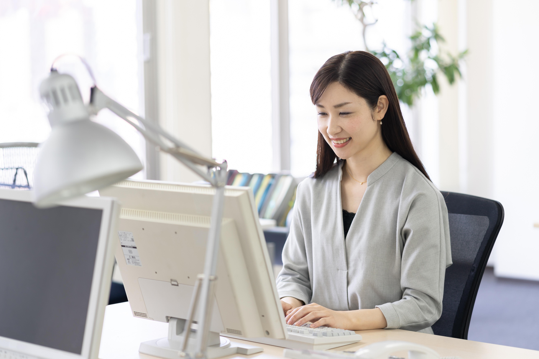 パソコンの前に座るビジネスパーソン