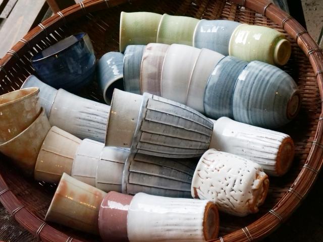 陶器市の籠に盛られた陶器の写真