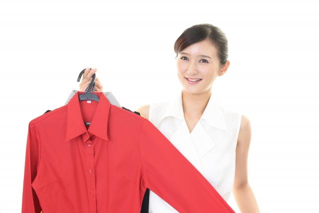 赤い服を勧める女性