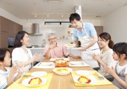 楽しい食卓を囲む家族のイメージ