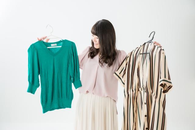2つの服を見比べる人
