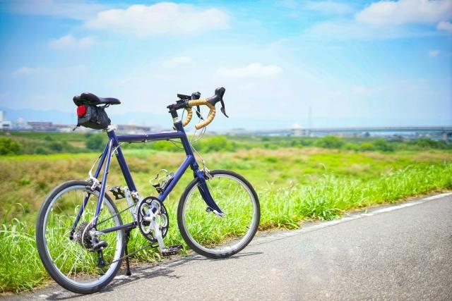 爽やかなイメージの自転車on土手の写真