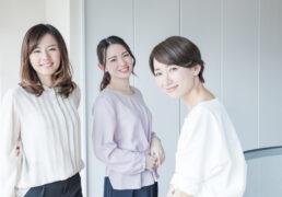 オフィスで微笑む女性たち