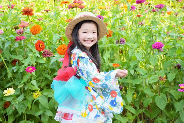 アレンジ浴衣でお花畑の前で微笑む女の子