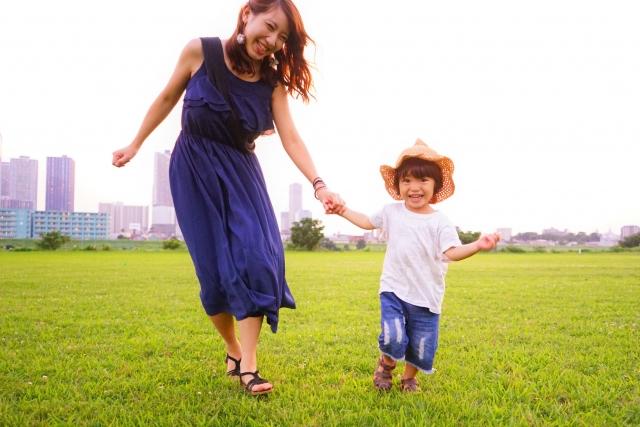 子どもと溌剌と遊ぶ女性