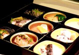 区切りのある入れ物で供される和食のお弁当