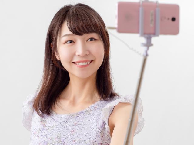 自撮り配信する女性のイメージ