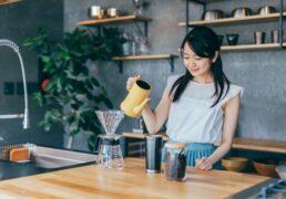 ハンドドリップでコーヒーを入れる女性の画像