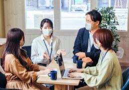 マスクで会話する人たち